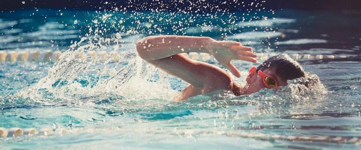 Dečak pliva u bazenu