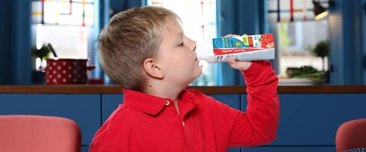 Dečak u crvenoj majici pije jogurt Imlek Imuno