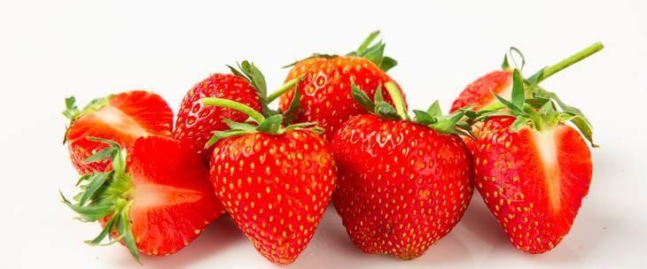 Crvene jagode na gomili
