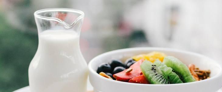 Činija sa povrćem pored koje se nalazi bokal sa jogurtom