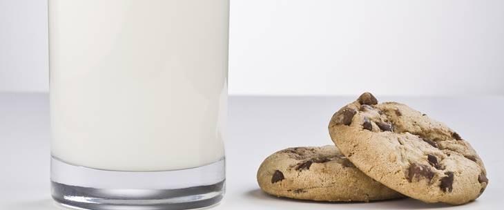 Kolać sa ćokoladom pored čaše mleka