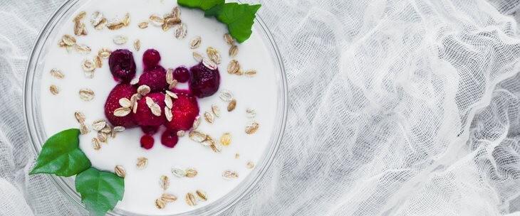 Žitarice i voće u činiji sa jogurtom