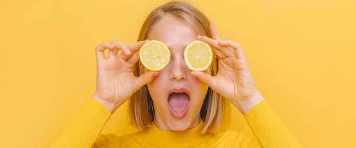 Devojka sa pomorandžom u rukama