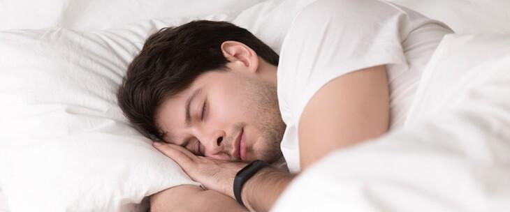 Muškarac mirno spava u krevetu