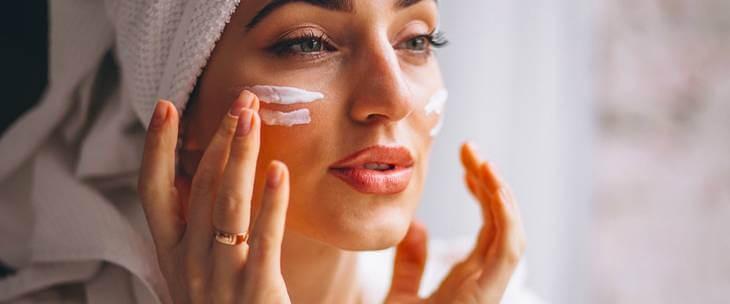 Devojka koja prsima nanosi prirodnu masku za lice od jogurta