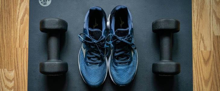 plave patike, tegovi i prostirka za vežbanje kod kuće