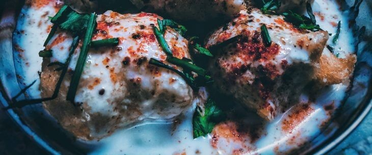 Piletina prelivena belim sosom