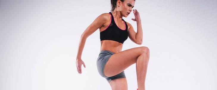 Devojka trenira u šorcu i majici