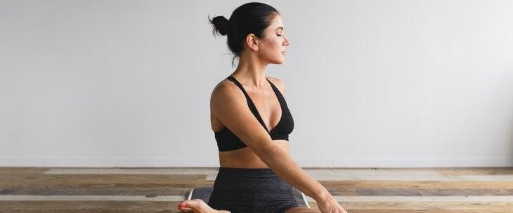Devojka koja vežba jogu