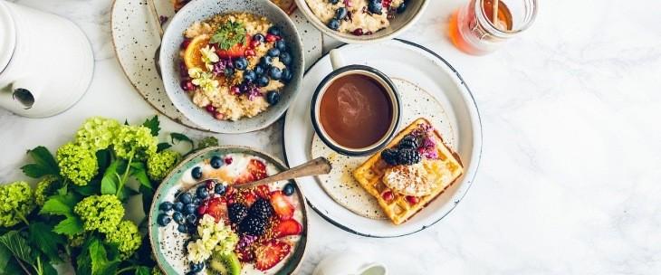 Zdrav doručak postavljen na stolu