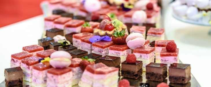 Slatki kolači na stolu