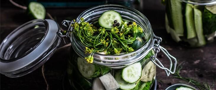Zeleniš koji se nalazi u staklenoj tegli