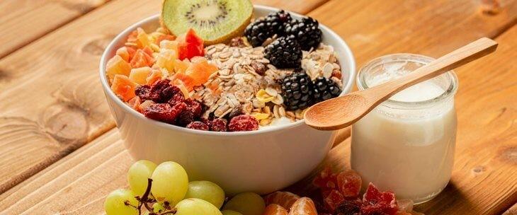 Žitarice i voće koje se nalazi u činiji sa jogurtom